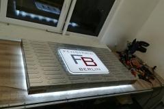 kaseton dibond z efektem halo ,logo wypukłe z plexi + wydruk