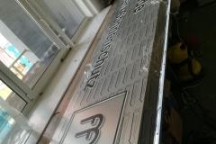 kaseton dibond z efektem halo ,litery wypukłe z plexi bezbarwnej o gr. 10mm. okejone czrną folią