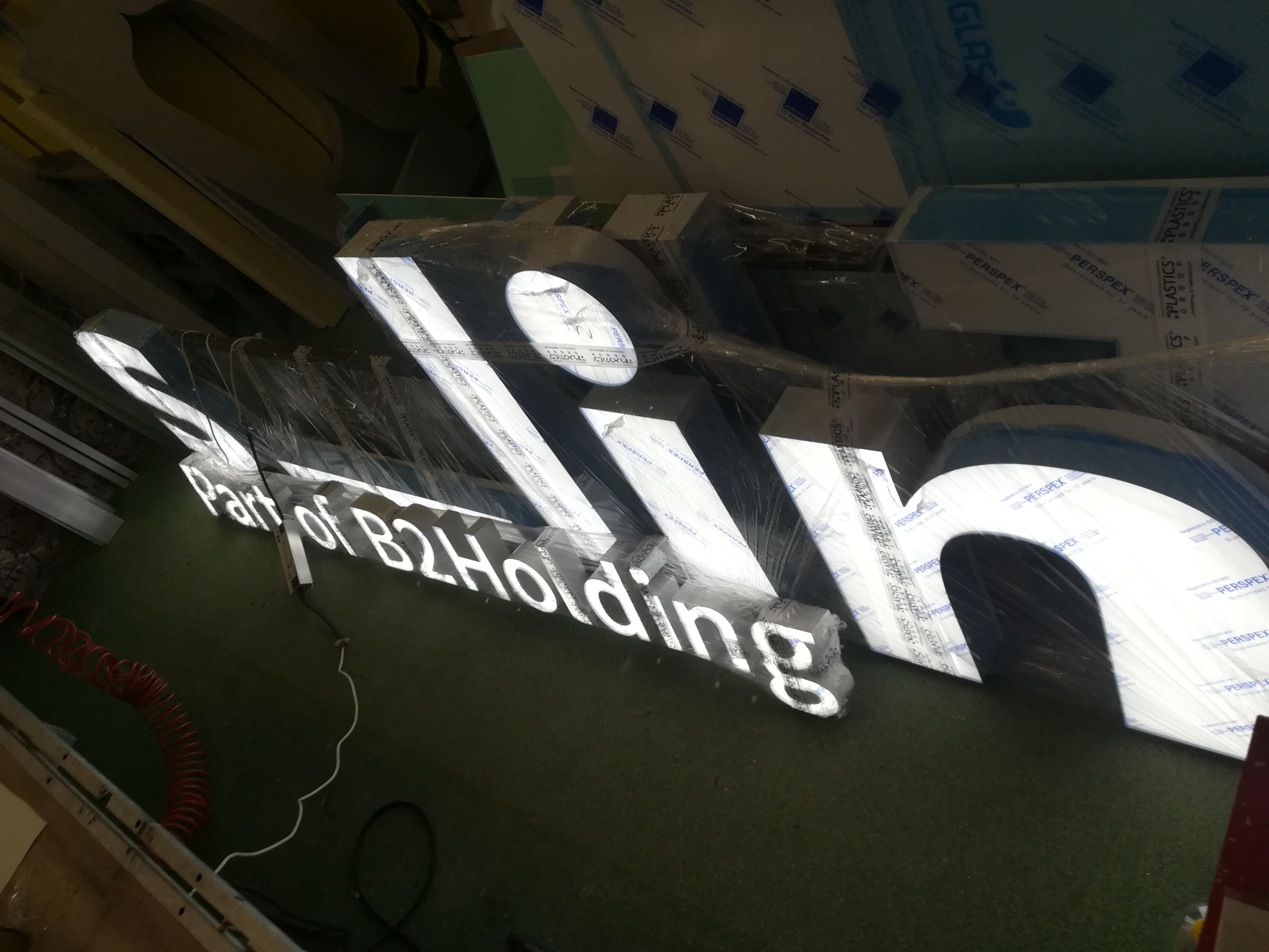 litery podświetlane ,lico plexi ,bok alurapid