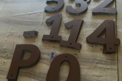 litery z plexi oklejone folią