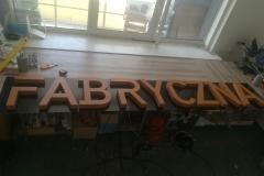 litery zestyroduru malowanego naklejone napłytę dibond