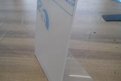 prezenter stojący z plexi na jedną kartkę