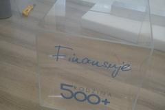 urna z plexi z naklejonym napisem z folii