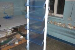 stojak aluminiowy z półkami z plexi
