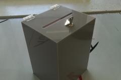 urna na ulotki z szarej plexi